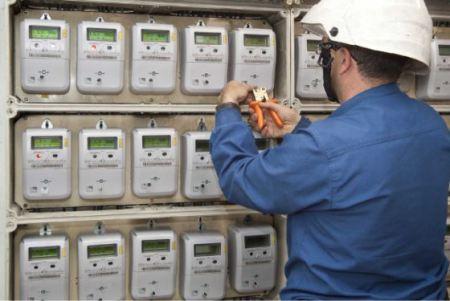 Un-técnico-instala-los-nuevos-contadores-de-luz-inteligentes